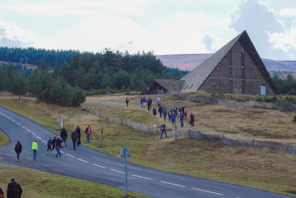 Les marcheurs se rendent aux conférences dans la chapelle