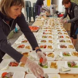 Préparation du dîner : participantes qui donnent un coup de main. Grand merci à elles !